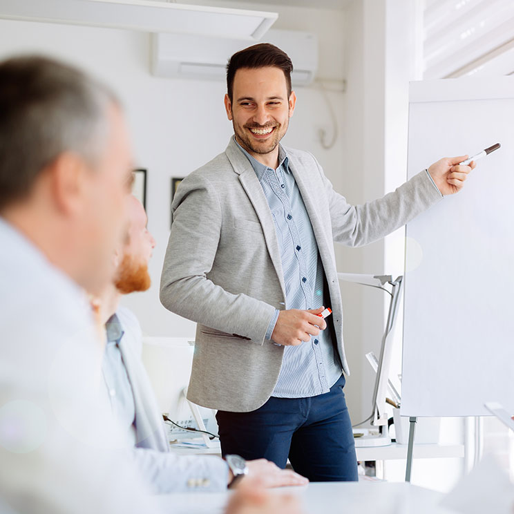 https://erfolgreicher-kommunizieren.de/wp-content/uploads/2018/08/training-kommunikation-praesentation.jpg